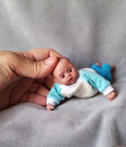 реалистичная миниатюрная кукла